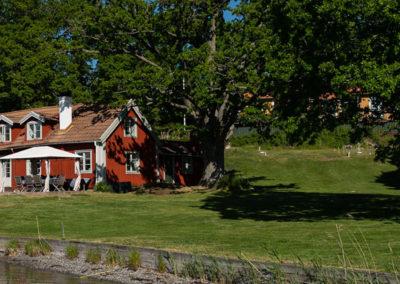 Elfsala Gästgård fotat från bryggan