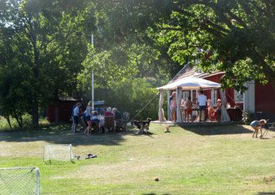 Aktiviteter pågår på Elfsala Gästgårds veranda