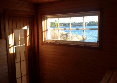 Utsikt genom fönstret i bastun på Elfsala Gärstgård