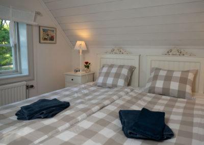 Sovrum med dubbelsäng på Elfsala Gästgård